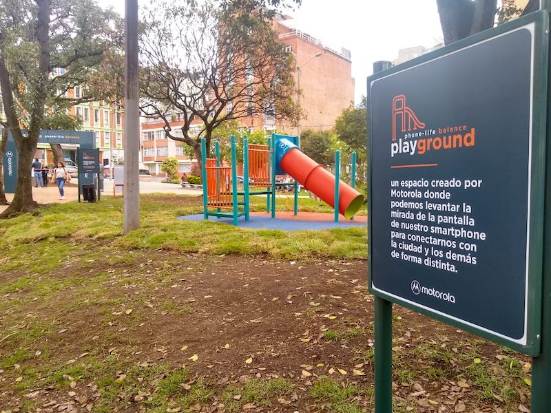 ¿Y si jugamos a no mirar el celular en el parque? El nuevo reto de Motorola