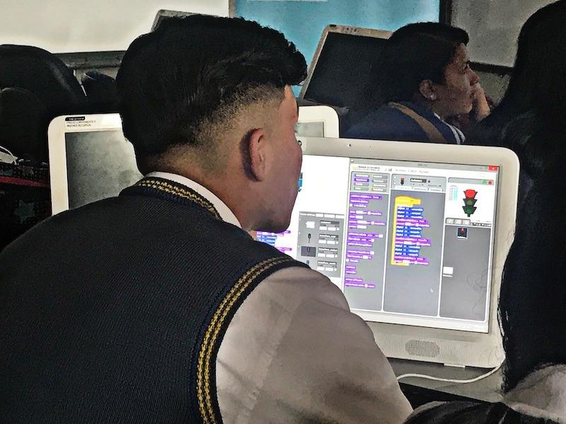 Uniminuto dona computadores a sus estudiantes para que sigan sus estudios